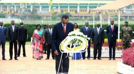 Rwanda: Les fleurs sur la tombe de héros