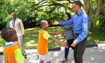 Perezida Paul Kagame na Madamu we bifurije abana Noheri nziza