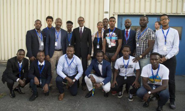 Perezida Kagame yahuye n'abana b'Abanyarwanda bakina mu makipe atandukanye i Burayi