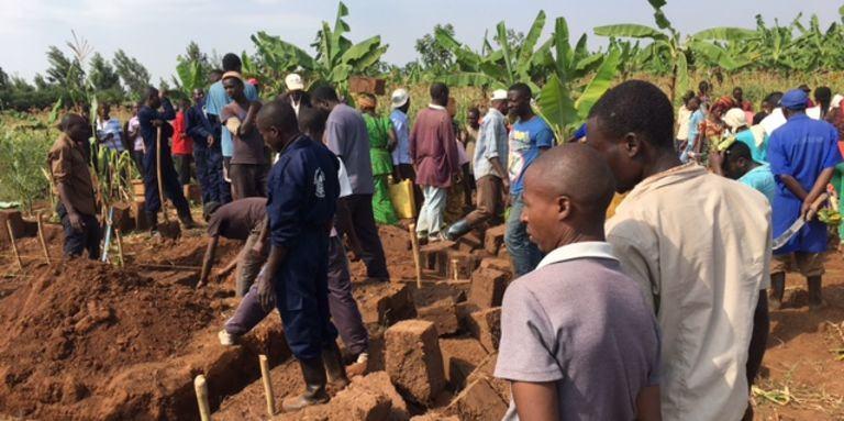 Le-jour-de-l-umuganda-tout-le-monde-travaille-au-rwanda