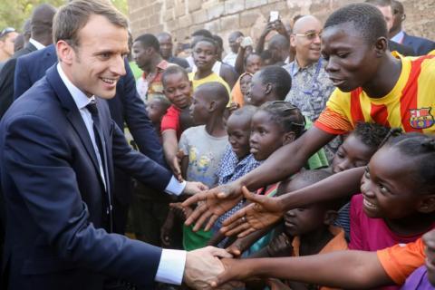 Macron dit «bye bye à la Françafrique» sur le papier selon la presse