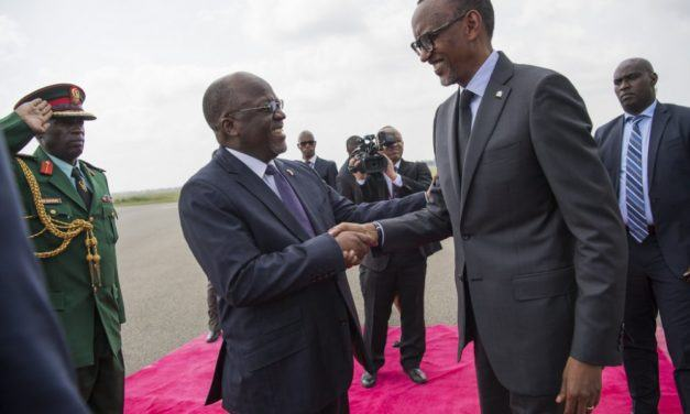Perezida Kagame na Magufuli bemeranyije gutangira iyubakwa ry'umuhanda wa gari ya moshi Isaka-Kigali