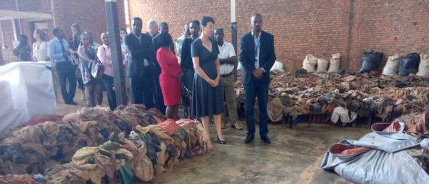 L'ambassadeur des Pays-Bas au Rwanda visite le mémorial du génocide de Nyamata