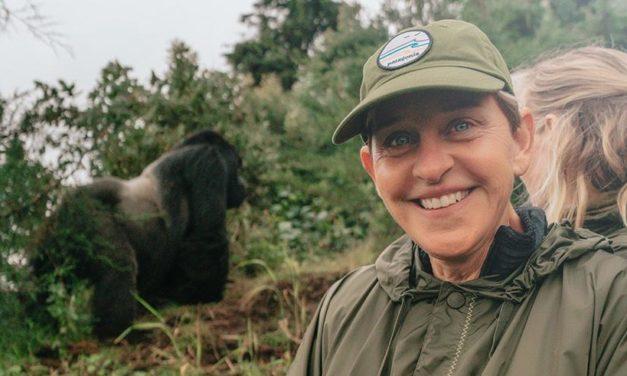 Rwanda – Ellen DeGeneres rend hommage aux victimes du Génocide de 1994 contre les [Ba]Tutsi.