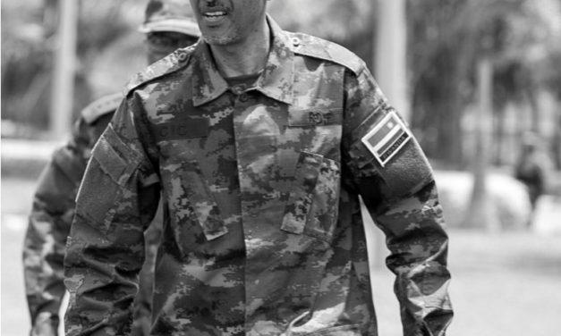 Kagame en treillis militaire au cours d'un briefieng a Gako : Il fait une importante mise en garde