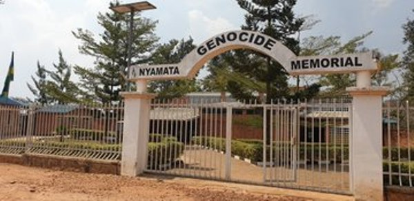 L'ambassadeur d'Israël au Rwanda rend hommage aux victimes du génocide à Nyamata