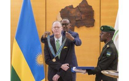 Perezida Kagame yambitse umudali Dr. Paul Farmer kubera igihango afitanye n'u Rwanda (Amafoto & Video)