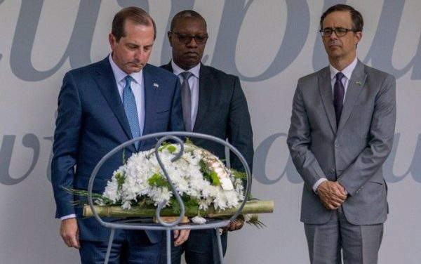Le Secrétaire américain du département de la Santé et des Services sociaux rend hommage aux victimes du génocide