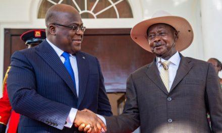 Félix Tshisekedi reçu en grande pompe par Yoweri Museveni à Entebbe