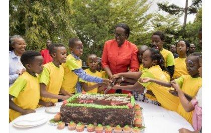 Madamu Jeannette Kagame yasangiye Noheli n'Ubunani n'abana barenga 200 (Amafoto)